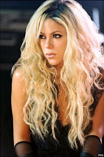Покажите крашенных блондинок с немного(!) смуглой кожей,которые выглядят натурально,не пошло и не глупо?