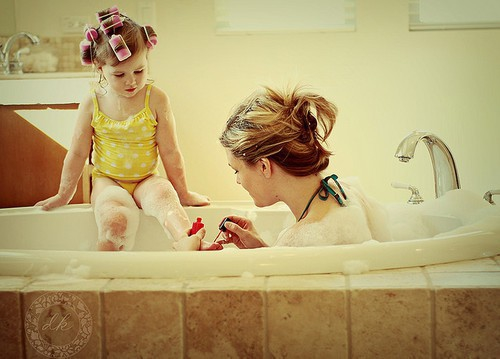 Покажите мне фото мамы и дочки (фото, где нет счастья, где они совсем одни)?