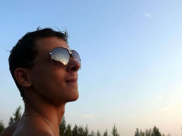 покажите себя в солнечных очках.