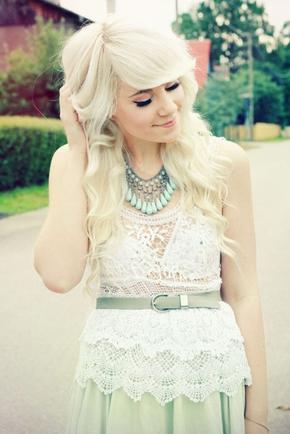Покажите красивую стрижку для длинный блондинистых волос с чёлкой.