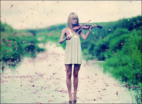 покажите самую красивую фотографию по вашему мнению девушки с музыкальным инструментом
