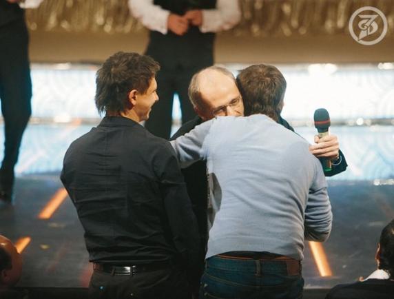 Покажите фото Батрутдинова , на котором можно детально рассмотреть его причёску .