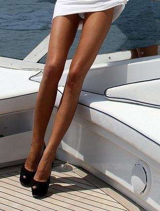 Между ног девушек фото