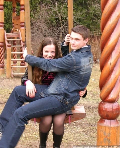 одинокая девушка села на колени к парню рукой схватил