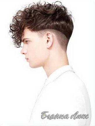 Покажите короткую мужскую прическу с выбритыми висками и вьющимися волосами?