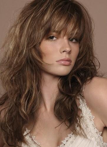 Покажите сильную фотографию красивой девушки с пышными волнистыми волосами?