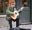 Музыкант игравший напротив Hesburger в старой Риге :)