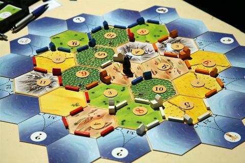 Какие настольные игры интересно поиграть в компании от 3-5\6 человек?
