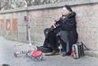 Женщина часто играющая у входа в старый город.