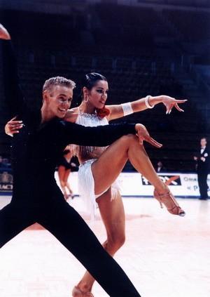 Покажите пожалуйста красивый бальный танец?