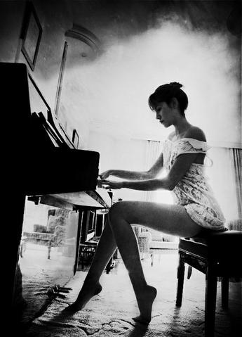 Накидайте черно белые фото (высокого качества - ссылку на них) с темой города (Ригу хорошо бы) и девушку с пианино?