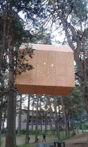 Хорошо иметь домик на дереве. Светящийся.