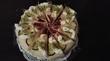балуют тортами...