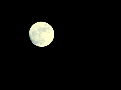 Луна передаёт специальное послание к человеку.