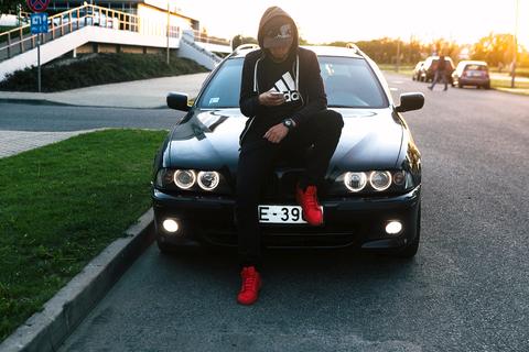 На районе, #Adidas #BMW #капюшон #красныймокасин