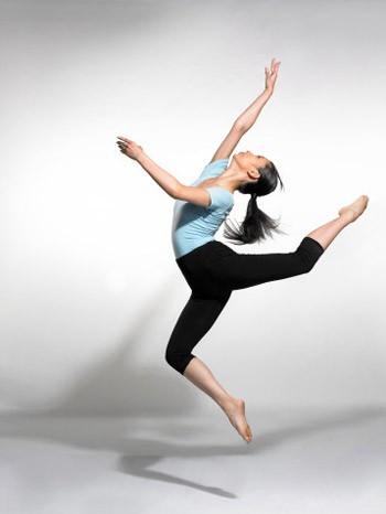 Покажите красивый танец, позу в танце.