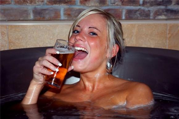 Покажите девушку, которая пьёт пиво )