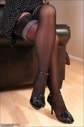 смотреть женские ступни в колготках фото