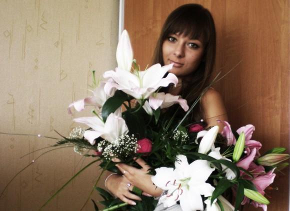 Большинство девушек очень любят фоткаться с подаренными им цветами. А у вас есть такие фотографии?